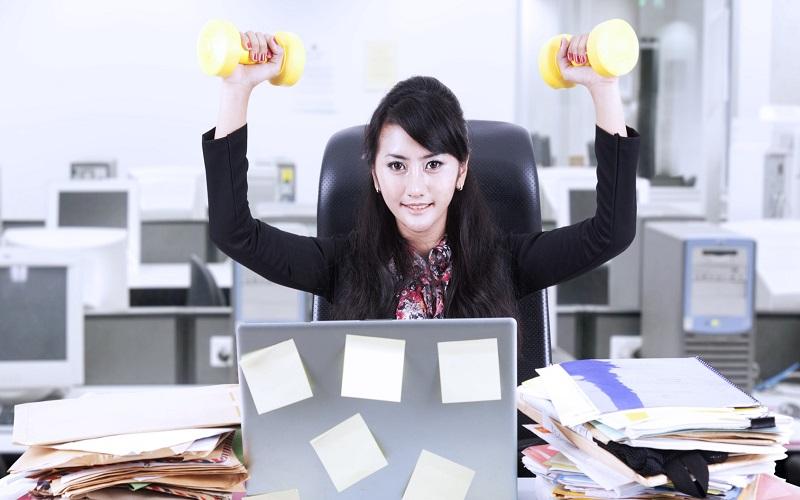 ۳ ورزشی که کارمندان و پشت میز نشین ها باید انجام دهند
