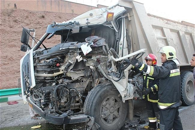 تصادف شدید 2 کامیون در جاده بافق