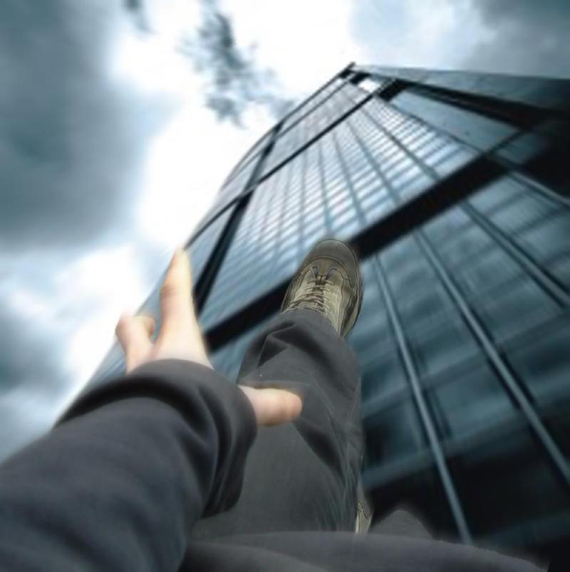 سقوط آزاد از طبقه پنجم برج مسکونی