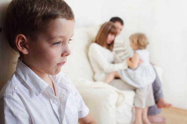 با واکنش منفی کودک بزرگتر در قبال فرزند جدید چه کنیم؟
