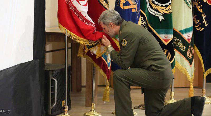 احترام خاص وزیر دفاع به پرچم ایران + عکس