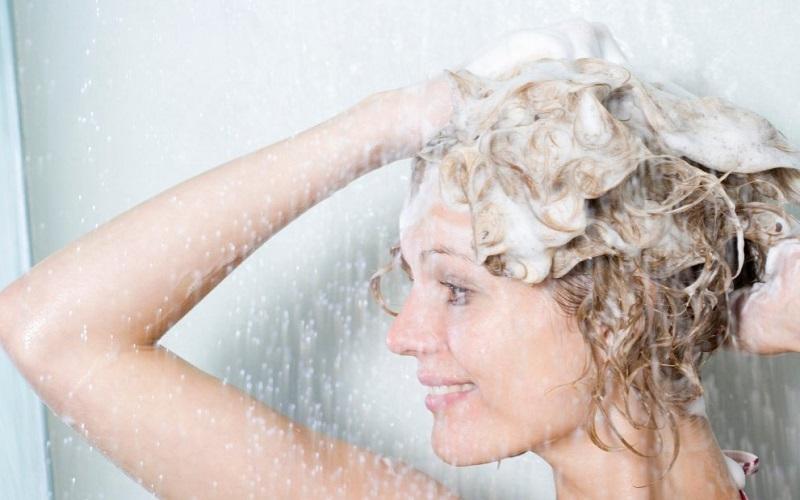 هنگام شامپو زدن موها این ۶ نکته را حتما رعایت کنید