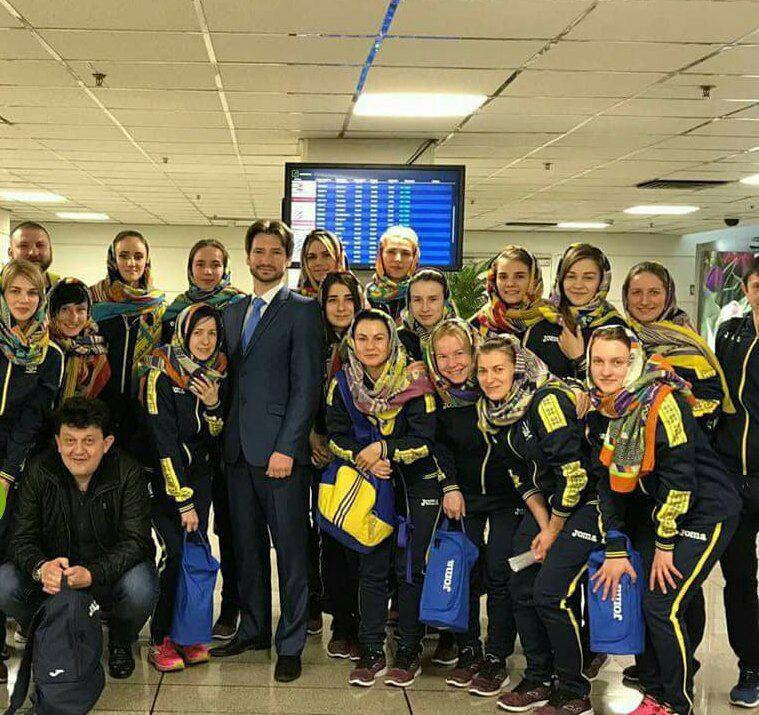 تصویر اهدای روسری به زنان تیم فوتسال اوکران در فرودگاه