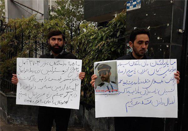 تصویر تجمع و پلاکاردهای اعتراضی خانوادههای جانباختگان سانحه سقوط هواپیمای یاسوج