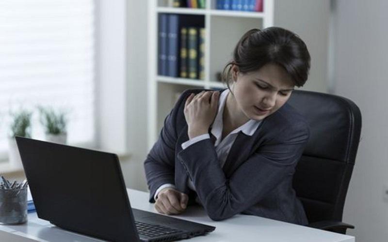 چطور پشت میز کار شانه درد نگیریم؟