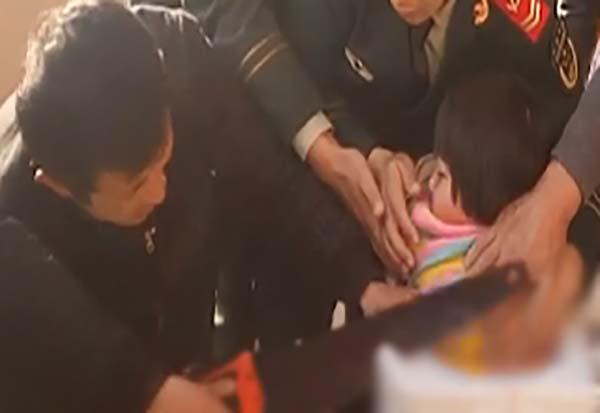 دختر بچهای که ماموران پلیس را به چالش کشید + عکس
