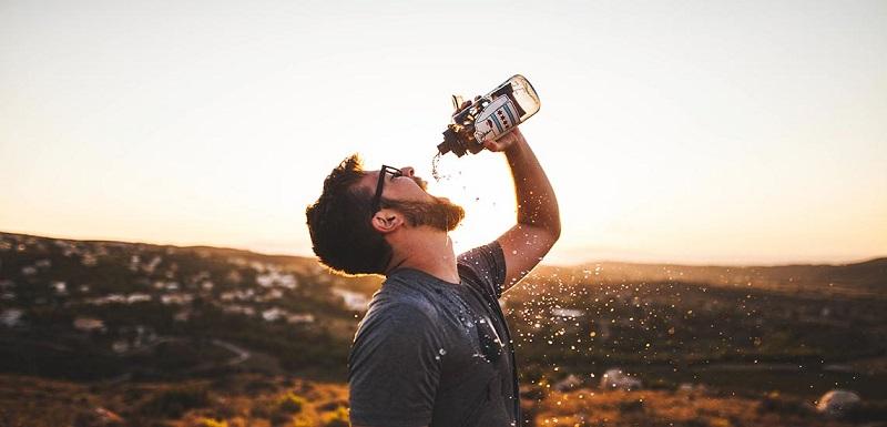 چرا می گویند نباید ایستاده آب خورد؟