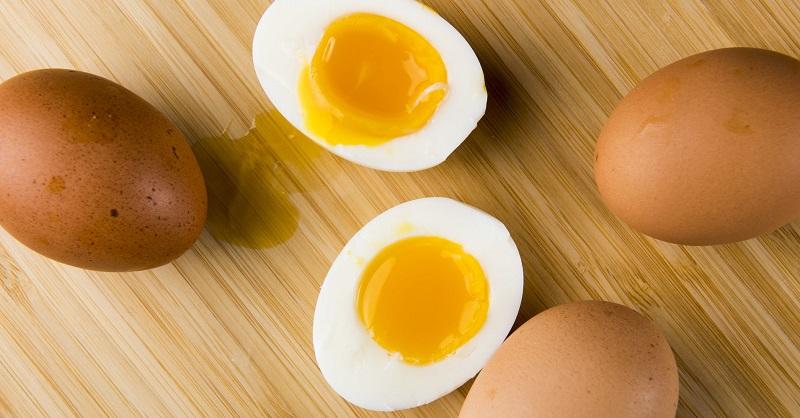 آیا زرده تخم مرغ پررنگ تر باشد بهتر است و خواص بیشتری دارد؟