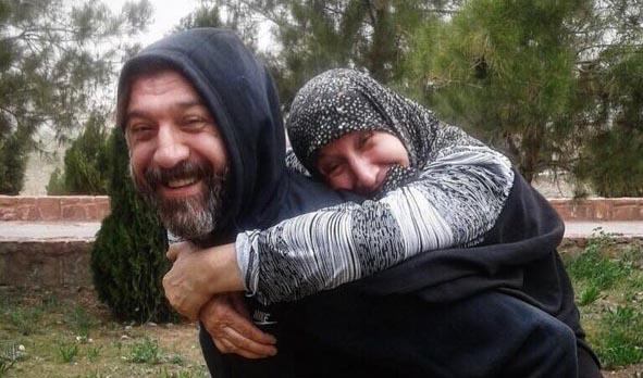 وقتی علی انصاریان مادرش را کول می کند + عکس
