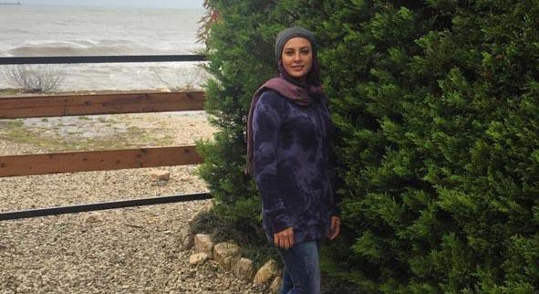 پوشش حدیثه تهرانی در کنار دریا + عکس