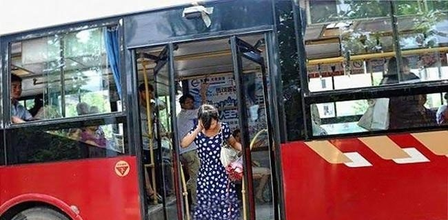 گیر کردن سر زنی بین درب اتوبوس! + عکس