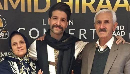 خواننده جنجالی در کنار پدر و مادرش + عکس