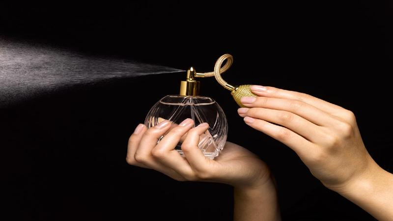 روش هایی برای از بین بردن بوی عطر از روی لباس