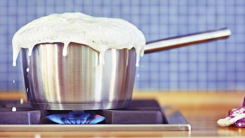 طرز صحیح جوشاندن شیر در طب سنتی