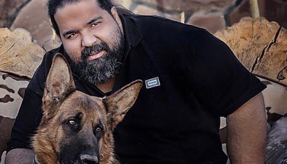 خواننده معروف در کنار سگ خانگی اش + عکس