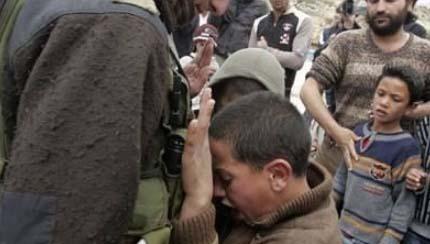 ایستادگی کودک فلسطینی در برابر سرباز صهیونیستی + عکس