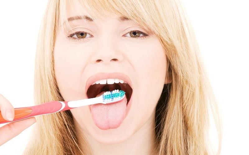 پاک کردن زبان و تاثیر آن بر بوی بد دهان