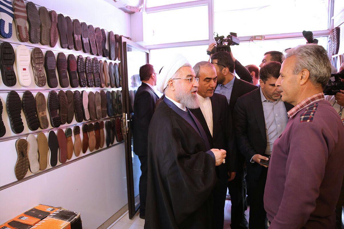 روحانی در بازار کفش تبریز + عکس
