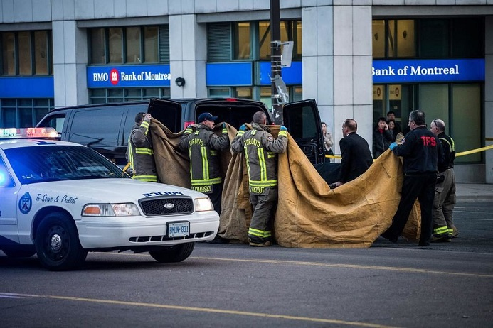 نحوه انتقال جسد قربانیان حمله خودرویی اخیر در تورنتو کانادا + عکس