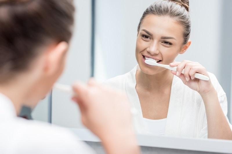 اشتباهات دندان خراب کنی که هنگام مسواک زدن مرتکب می شویم