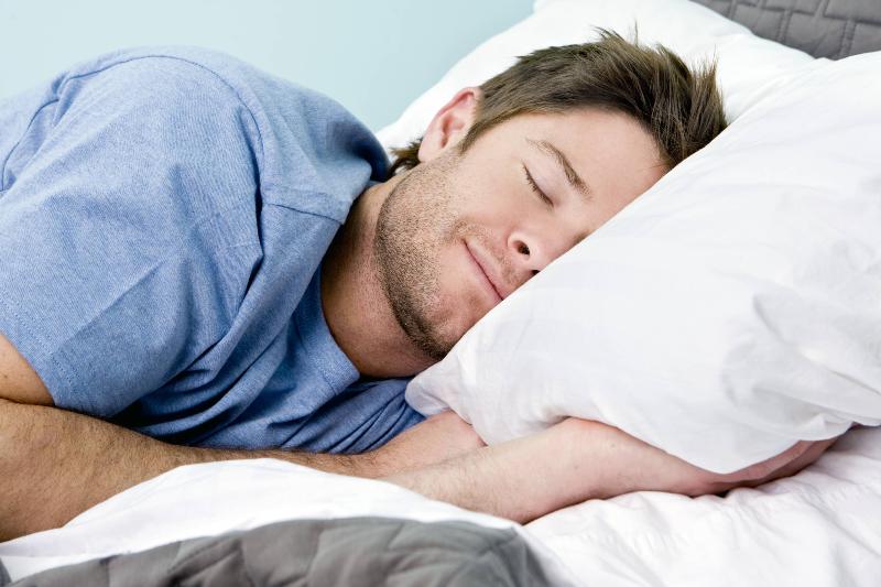 با این مدل خوابیدن سوزش معده را برطرف کنید