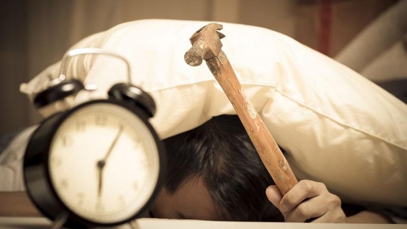 ۸ اشتباهی که باعث میشود صبحها خواب بمانید
