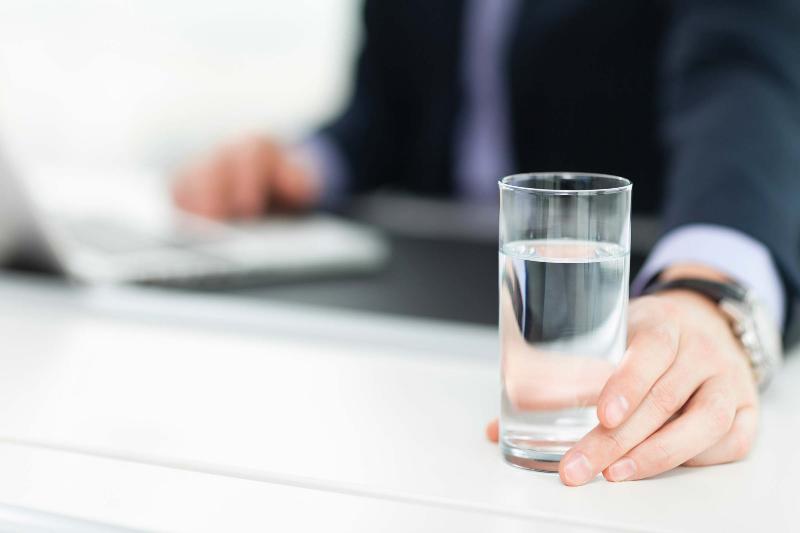 در محل کارتان زیاد آب بخورید