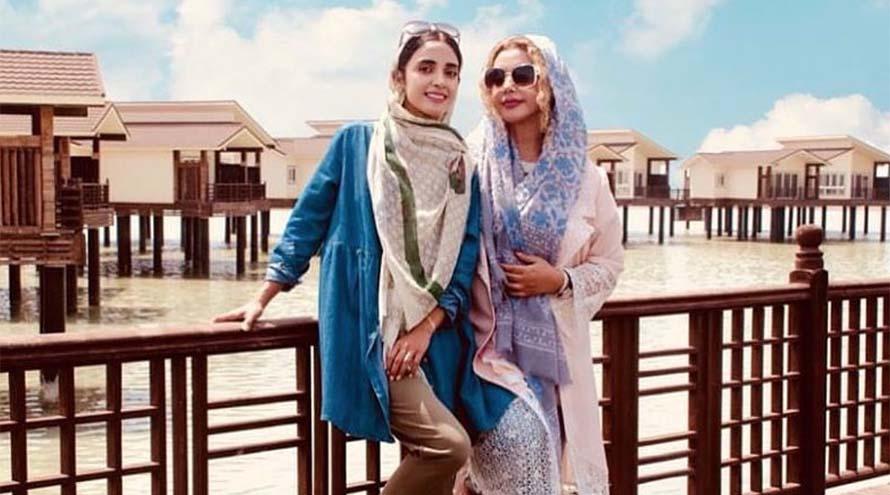 تیپ خانم بازیگر و مادر جوانش در کنار دریا! + عکس