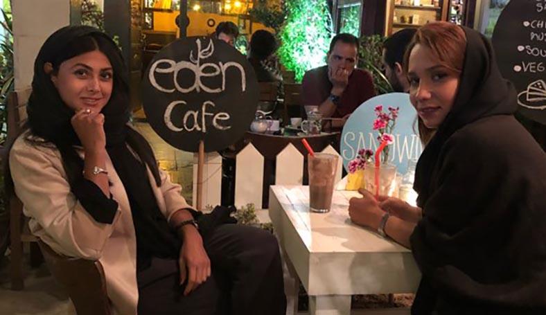 تیپ «آزاده صمدی» و دوستش در یک کافی شاپ + عکس