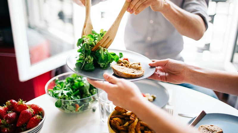 خستگی ناشی از تغذیه چیست؟ 10 گزینه غذایی پیشگیرانه