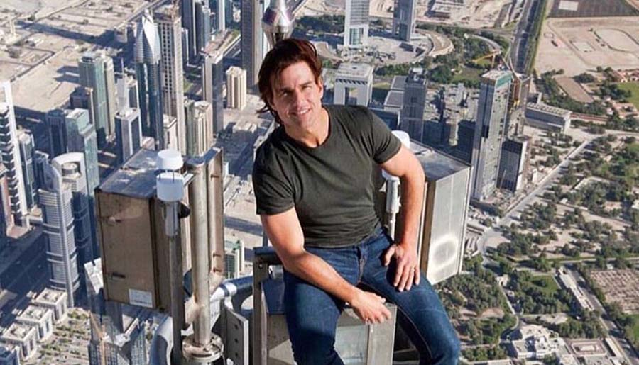 بازیگر مشهور در نوک برج خلیفه دبی! + عکس