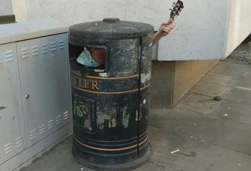 اقدام عجیب نوازنده خیابانی برای جلب توجه + عکس