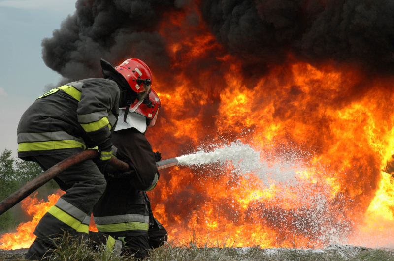 عملیات نفسگیر آتش نشانی برای مهار آتش سوزی در انبار اسفنج