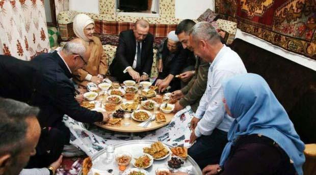 رئیس جمهور بر سر سفره افطاری + عکس
