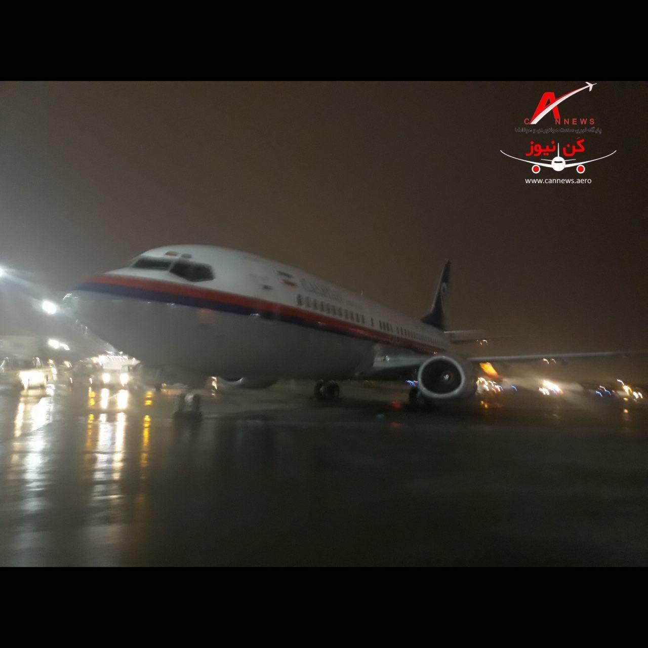 مهار هواپیمای کاسپین در طوفان شدید تهران + عکس