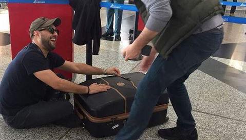 حرکات عجیب «حامد بهداد» در فرودگاه مالزی! + عکس