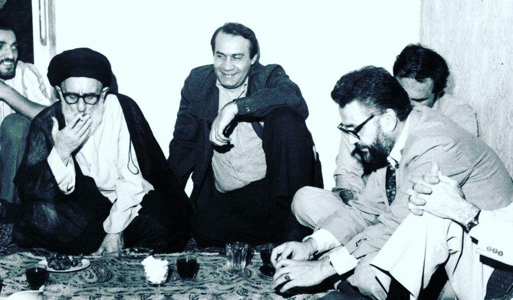 سیگار کشیدن روحانی معروف در سفره افطار! + عکس