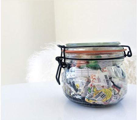 خانواده ای که طی یک سال فقط یک شیشه زباله تولید کردند+عکس