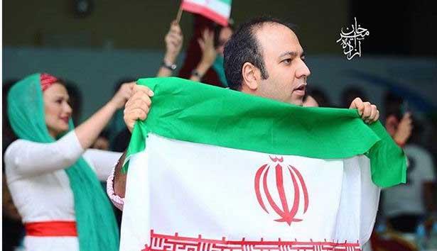 «علی اوجی» در حال تماشای بازی ایران و مراکش + عکس