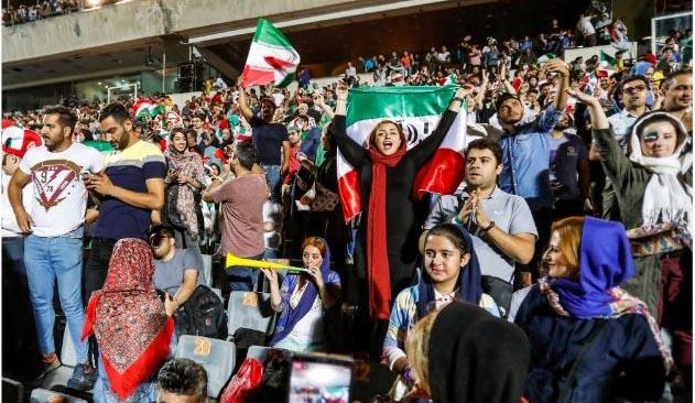 اولین حضور بانوان ایرانی در استادیوم + عکس