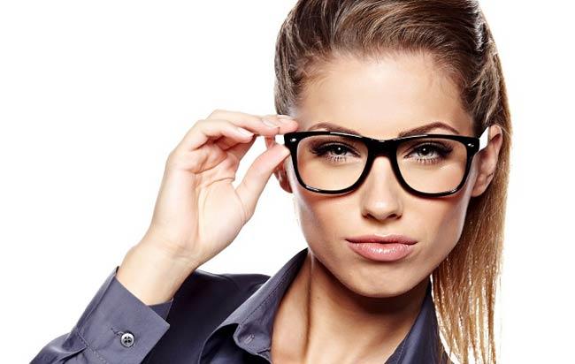 چند روش برای از بین بردن جای عینک از روی بینی