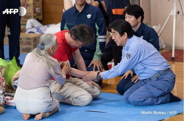 دیدار نخست وزیر ژاپن از سیل زدگان + عکس