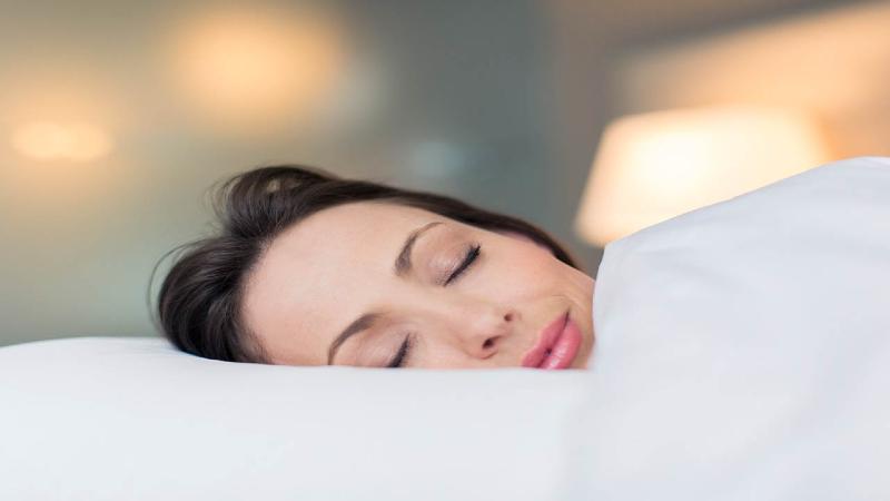 ۷ مورد از عوارض خوابیدن با موی خیس