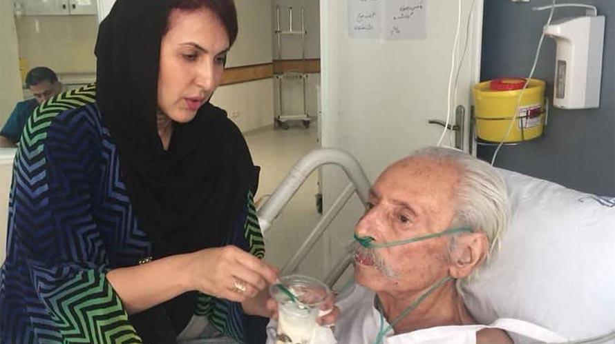 مراقبت فاطمه گودرزی از جمشید مشایخی در بیمارستان + عکس
