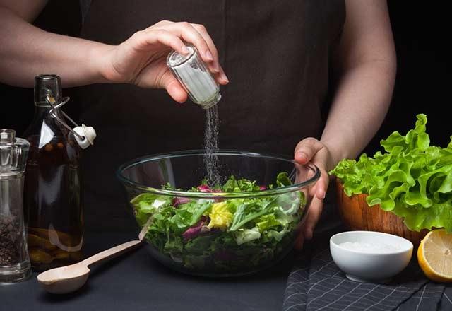 ۸ غذای پر نمک (سدیم) و جایگزین مناسب آنها