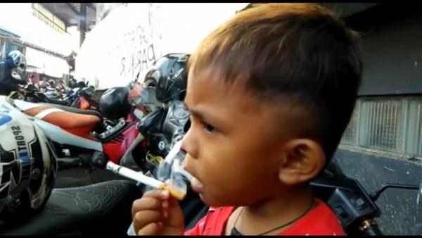 پسر ۲ ساله روزی ۴۰ نخ سیگار میکشد! + تصاویر