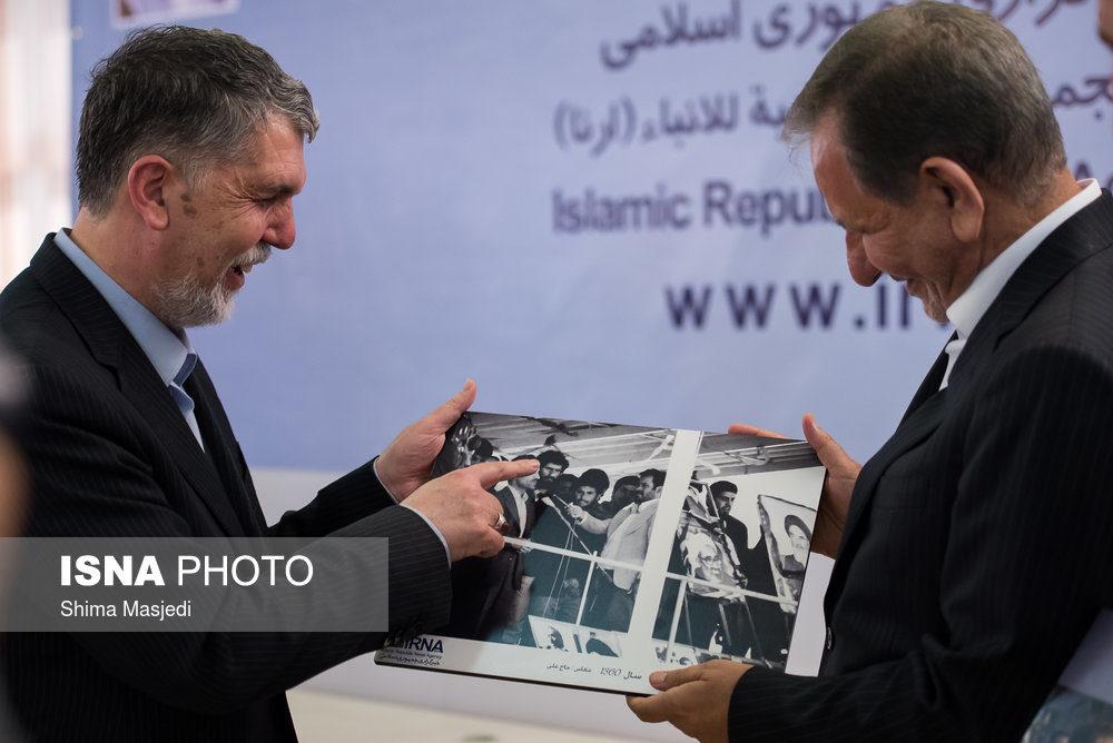 خندههای وزیر ارشاد به عکس جوانی جهانگیری! + عکس