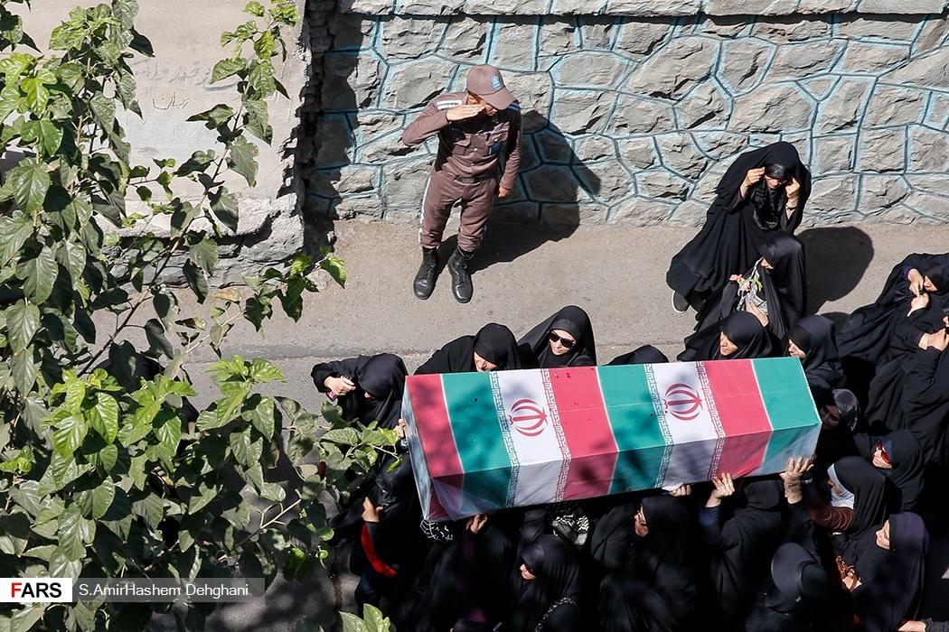 احترام نظامی سرباز به شهید گمنام + عکس