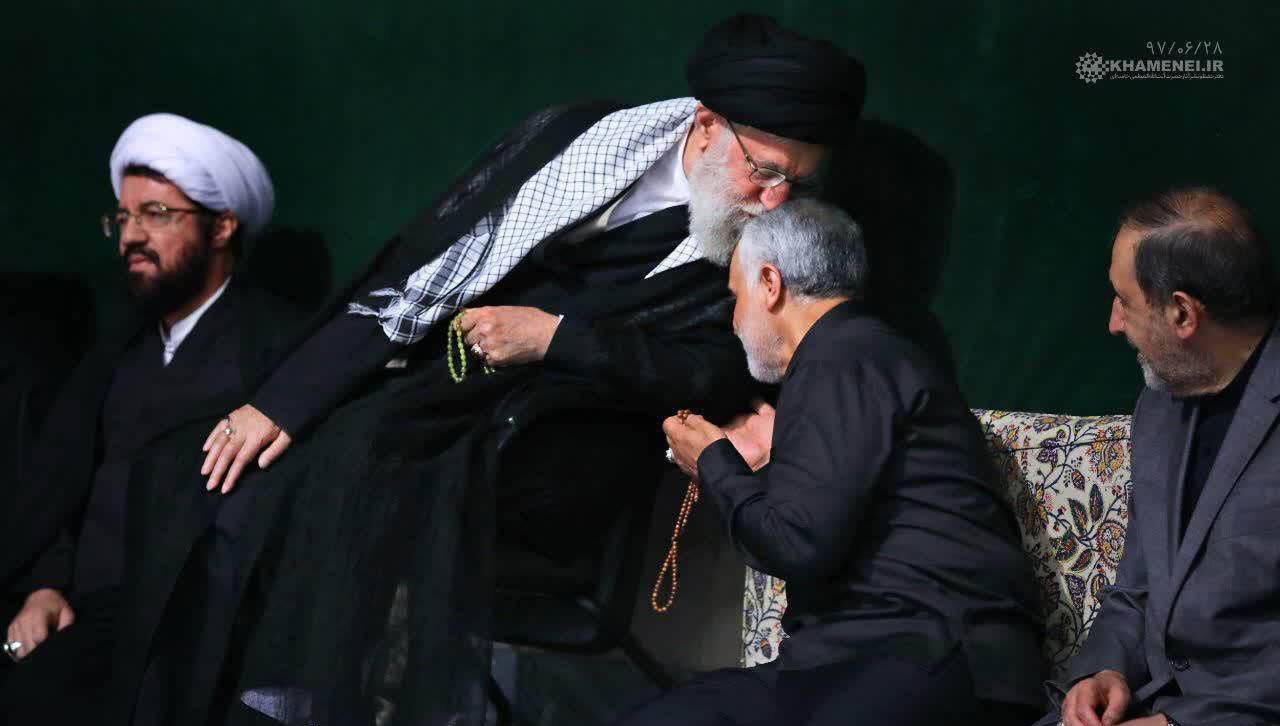 بوسه رهبر انقلاب بر سر «قاسم سلیمانی» در شب عاشورا + عکس