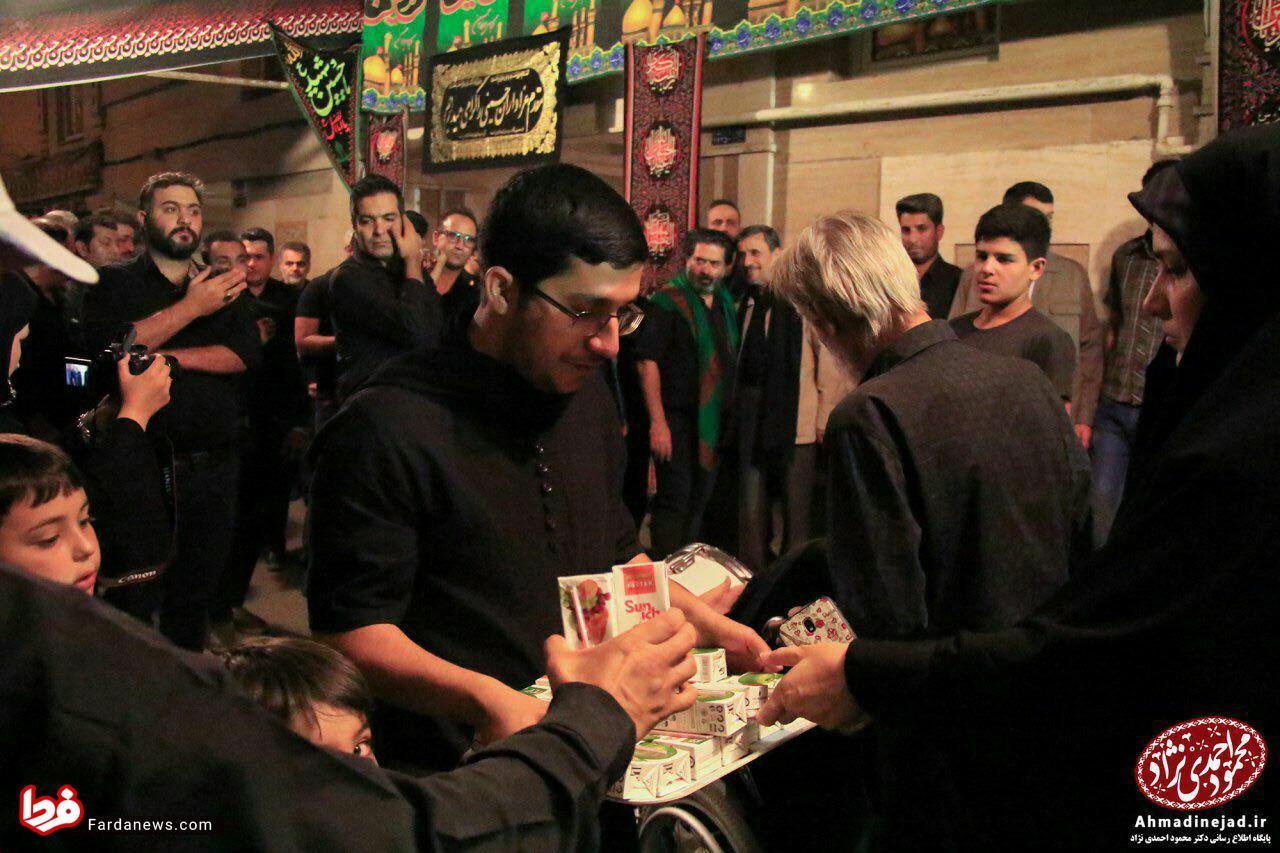 پسران احمدی نژاد در حال پخش نذری! + عکس